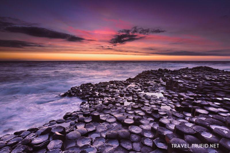 ชายหาดที่เต็มไปด้วยเสาหินรูปทรงเลขาคณิต